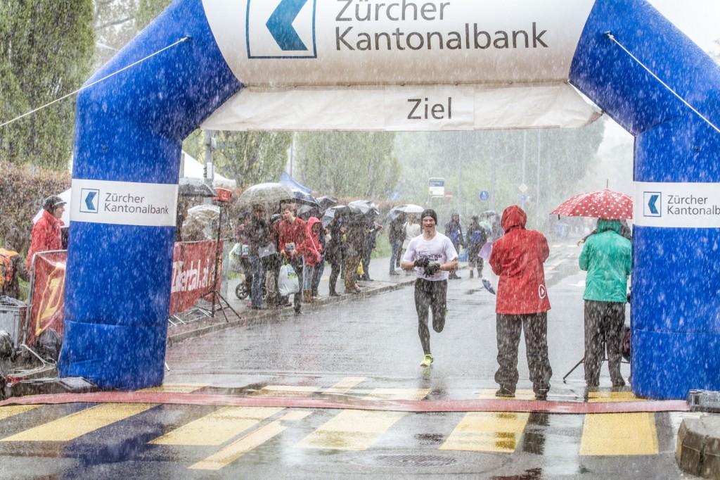 Teilnehmer der Kategorie City Run am Zurich Marathon 2016 beim Zieleinlauf
